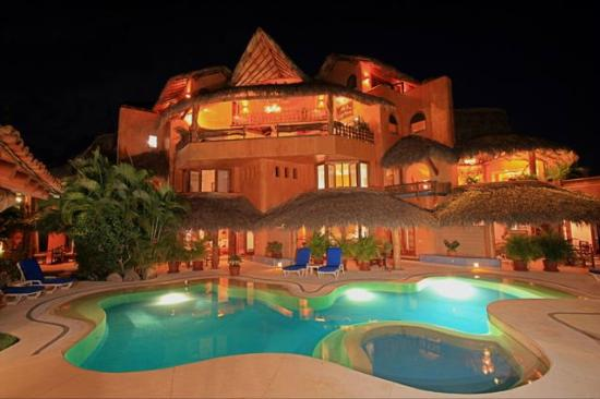 Villa Carolina Hotel: Villa Carolina at night!