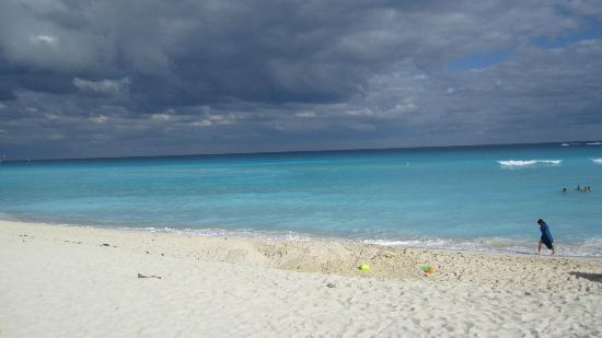 CasaMagna Marriott Cancun Resort: Beach View - it was cloudy that day but warm.