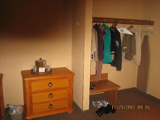 Best Western Northwest Lodge: closet and second dresser