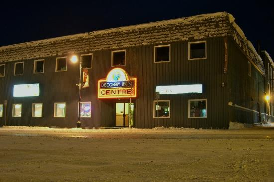 The Discovery Inn: Main entrance on a cold, snowy night.
