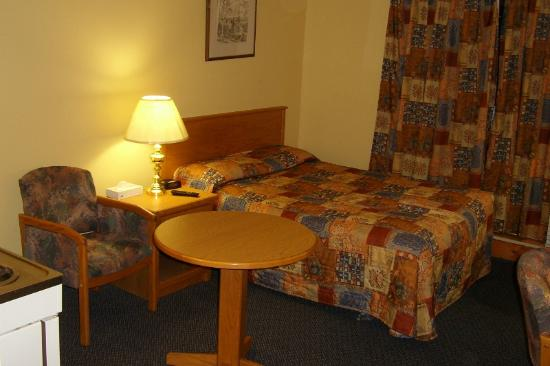 The Discovery Inn: Bed and dining table.