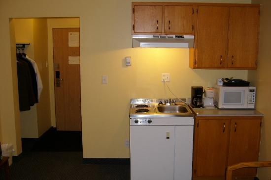 The Discovery Inn: Kitchenette area.