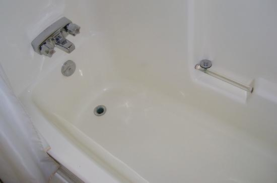 The Discovery Inn: Clean tub. Awesome water pressure!