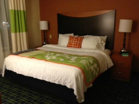 Fairfield Inn & Suites Tupelo : Private bedroom with king-sized bed