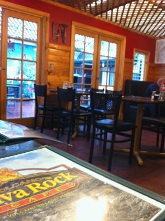 Volcano's Lava Rock Cafe: Comfy dining room