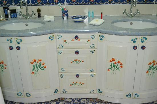 Nikos Takis Fashion Boutique Hotel : Handpainted cabinets