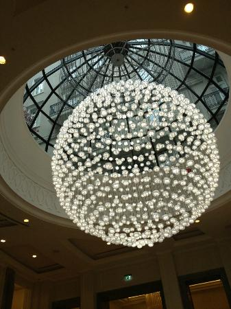 Corinthia Hotel London: Fabulous chandelier in lobby