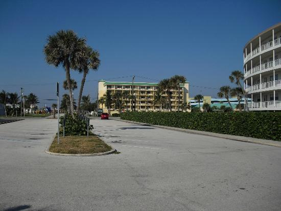 Comfort Inn & Suites Port Canaveral Area : View of the hotel from the entrance to the beach