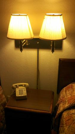 Super 8 Charlottesville: lamps near beds