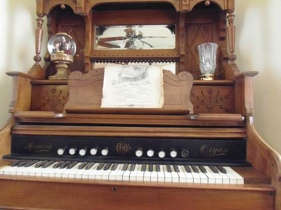 The Corner House Bed and Breakfast: Cool Piano/Organ in Sitting Room