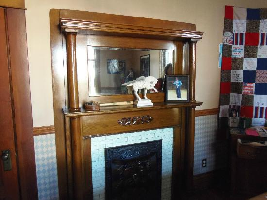 The Corner House Bed and Breakfast: Fireplace mantle in billiard room