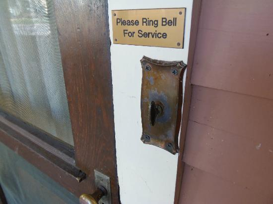 The Corner House Bed and Breakfast: Old style doorbell (turn to ring)
