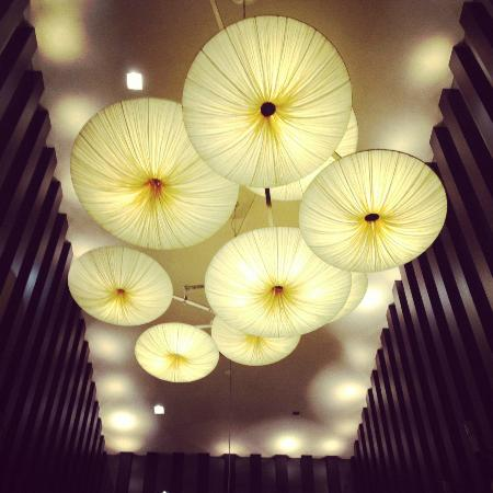 Kimpton Hotel Palomar San Diego: Cool lamps as you enter the hotel