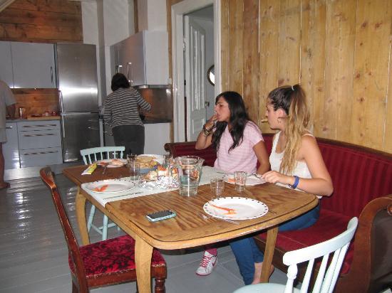 Almenningen Guesthouse and Apartments: cocina comedor