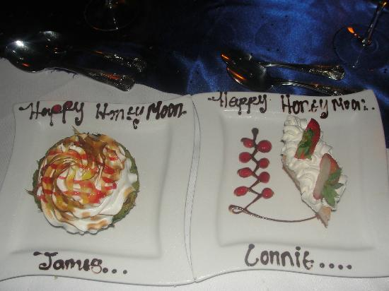 Sandals Halcyon Beach Resort: Dessert during our Candle Light Dinner,with a sweet added touch