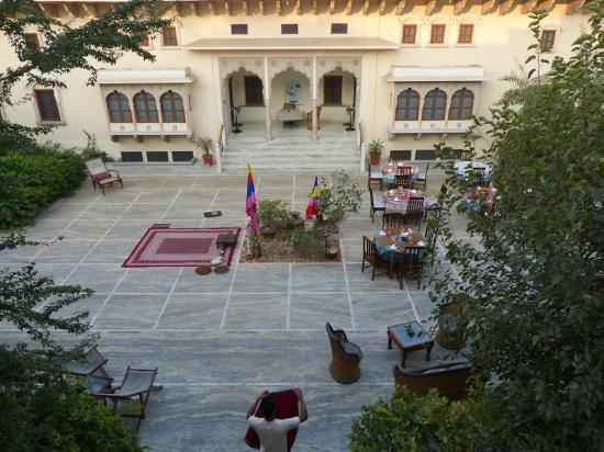 Dera Mandawa: A good view of the courtyard ffrom the area outside our suite.
