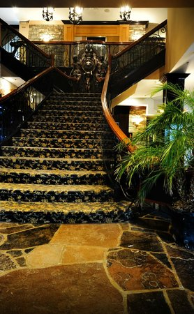 Stone Mill Inn: Lobby Staircase