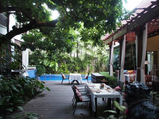 Baan Klang Wiang: Courtyard area