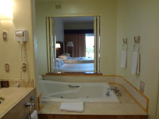 Sheraton Grand Los Cabos Hacienda del Mar: Spacious standalone jacuzzi tub (Garden View Room)