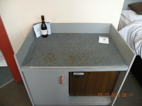 Monte Pio Hotel and Conference Centre: Dirty table with old fridge underneath