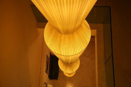 Palazzo San Lorenzo Hotel & Spa: A cool lamp by the elevators
