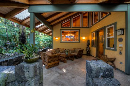 Volcano Mist Cottage : Lanai Living Room