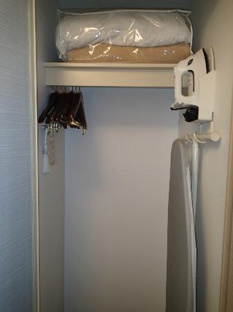 Hampton Inn & Suites Toronto Airport: Closet