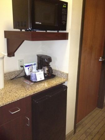 Powder Springs, GA: Microwave, coffee and fridge