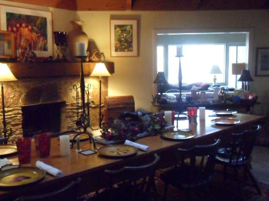 Sequoia River Dance B&B: Breakfast table by gorgeous fireplace