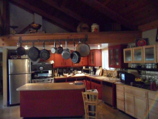 Sequoia River Dance B&B: Kitchen where Sharon makes breakfast magic happen.