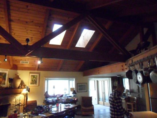 Sequoia River Dance B&B: Beautiful ceiling with skylights.