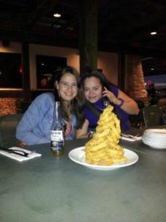 Cheddar's: los famosos aros de cebolla y toda la comida es asi abundante y economica