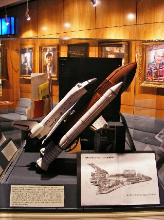 South Florida Museum and Bishop Planetarium : Shap Shuttle model