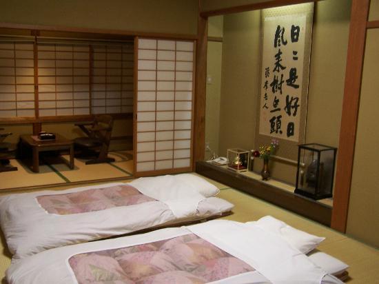 Kisojino-yado Iwaya: The sleeping area with sitting area in background