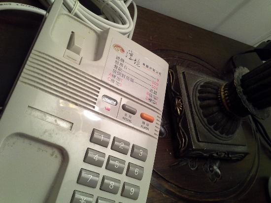 Chun Jing Hillview Villa: dusty phone on the bedside table