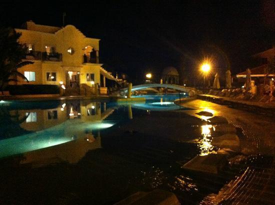 Secrets Capri Riviera Cancun: pool at night