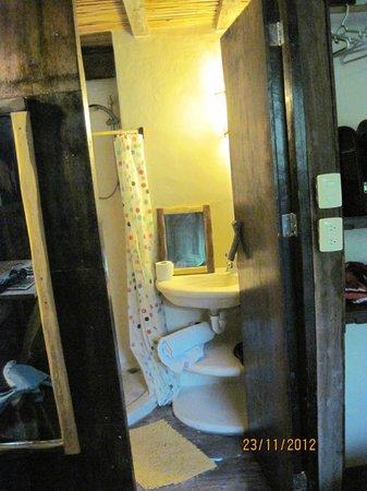 Hostel & Cabanas Ida y Vuelta Camping: Baño de una de  las cabañas