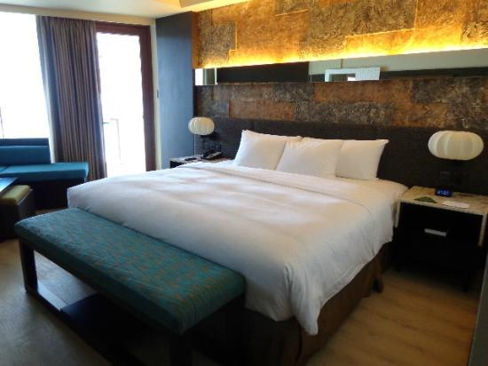 The Bellevue Resort Bohol: King size bed