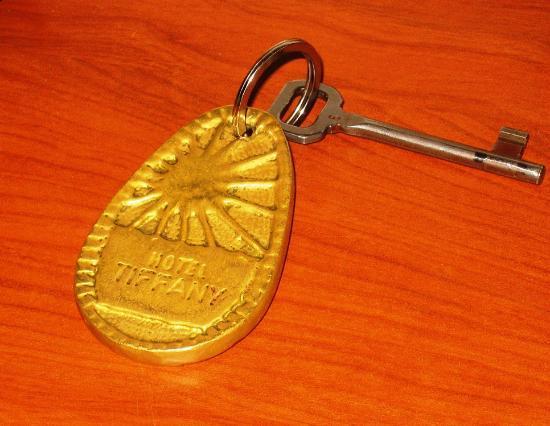 Hotel Tiffany: Весьма увесистые ключи. Видимо, чтобы не забывали сдать при выезде