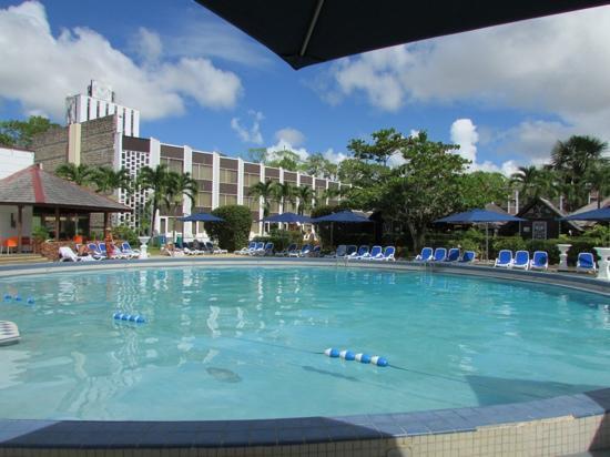Torarica Hotel & Casino: zwembad met het hotel op de achtergrond