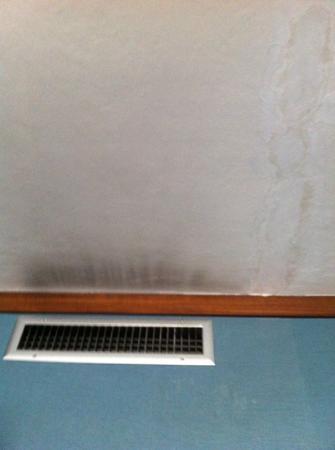 Hotel Abruzzi: griglia impianto ventilazione e macchie di umidità e di anzianità