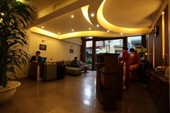 Hanoi Elegance Ruby: Hotelhalle mit Blick Richtung Straße