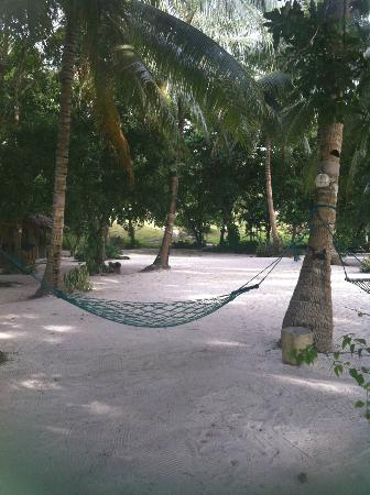 Amarela Resort: relaxing area on motel beach area