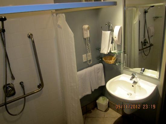 Off Broadway Motel: part of the bathroom