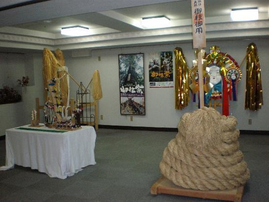Tateshina Park Hotel: 諏訪大社御柱祭りの展示品
