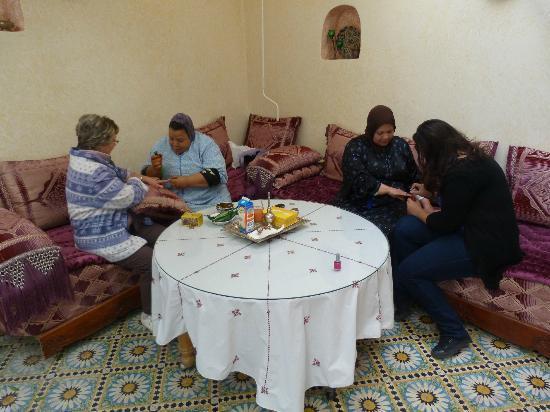 Riad lalla fatima : séance de henné dans la cour