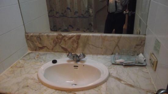 Town In Town Hotel Pattaya: wash basin