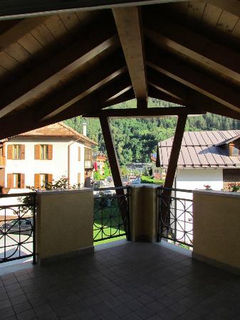 Hotel Garni Sottobosco: la terrazza della camera,spaziosa e con una bella vista sul paese di Dimaro