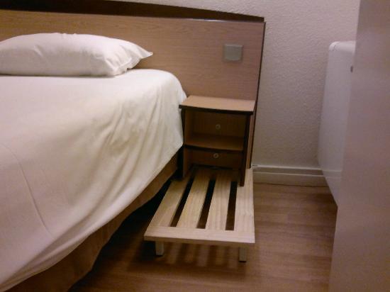 Campanile Besancon Ouest - Chateaufarine : Ils font tenir la tête de lit comme ils peuvent...