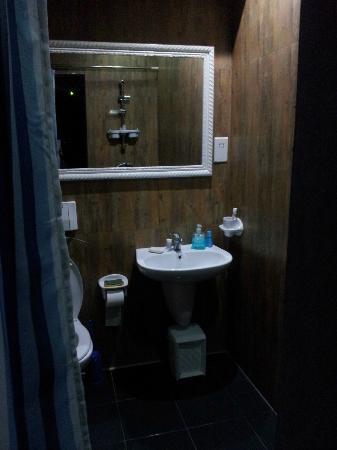 V.B. Apartments: bathroom